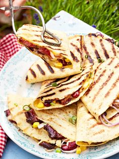 Quesadillas vom Grill mit Rindfleisch, Bohnen, Mais und Guacamole