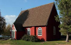 Tervolan vanha kirkko uudemman naapurissa.
