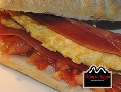 Bocadillo de tortilla francesa, tomate natural y jamón serrano #MonteRegio ¡Delicioso!