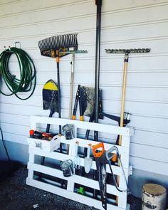 Garden tools organizer by using old wooden pallet