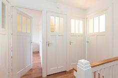 Jaren30woningen.nl | Aantal mooie #paneeldeuren uit de #jaren30. Jammer van het deurbeslag.