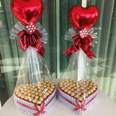 Bouquet Cadeau, Candy Bouquet Diy, Gift Bouquet, Valentine Gift Baskets, Valentine's Day Gift Baskets, Valentines Balloons, Valentines Diy, Chocolate Flowers Bouquet, Flower Box Gift