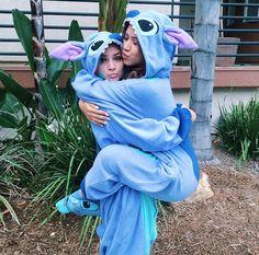 Chicas vestidas con pijamas iguales