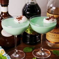 Mint chocolate lovers rejoice! #drink #easyrecipe #cocktails #alcohol #party