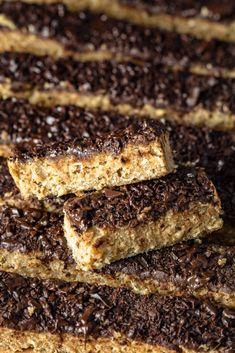 Zdrowe, szybkie i pożywne batony bananowo-orzechowe z czekoladą. Pyszna przekąska z 4 składników! Niesamowicie proste do wykonania, gotowe w 15 minut! Healthy Snacks For Kids, Healthy Sweets, Healthy Recipes, Cake Recipes, Dessert Recipes, Desserts, Vegan Cake, Vegan Treats, Food Cakes