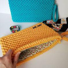 Crochet Backpack Pattern, Crochet Clutch, Crochet Purses, Love Crochet, Diy Crochet, Crochet Designs, Crochet Patterns, Best Leather Wallet, Crochet Dinosaur