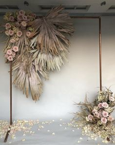 dried flowers make this neutral colored floral decoration, which is perfect for a wedding Backdrop 2018 Decoration Hugweddingplanner Flowers Wedding in Thailand A marvelous and abundant Thursday to you all! Nothing more satisfying A mix of dried and Copper Wedding, Boho Wedding, Wedding Ceremony, Wedding Flowers, Green Wedding, Wedding Shoes, Wedding Receptions, Wedding Arches, Wedding Scene