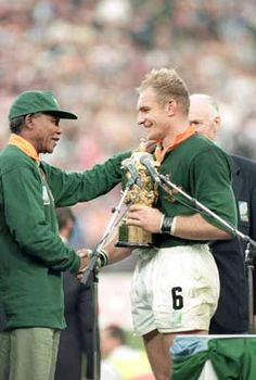 Nelson Mandela and Francois Pienaar - Rugby World Cup This moment changed the game in South Africa. An amazing time in our history Rugby League, Rugby Players, South African Rugby, Nelson Mandela Quotes, All Blacks, Rugby World Cup, Sports Stars, How To Memorize Things, In This Moment