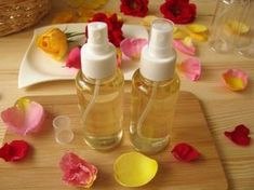 Itt a rózsavirágzás ideje: ilyenkor néhány maréknyi sziromból otthon is elkészíthetjük a rózsavizet. A hobbikert.hu bemutatja, hogyan őrizd meg a rózsa illatát pumpás flakonban. Beauty Bar, Doterra, Life Hacks, Health And Beauty, Essential Oils, Food And Drink, Herbs, Diy Crafts, Personal Care