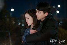 Hyun Bin - Son Ye Jin (Crash landing on you) Hyun Bin, Kdrama, Back Hug, Jung Hyun, Dave Matthews Band, French Films, Indie Movies, Drama Korea, Romantic Movies