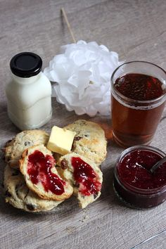 scones aux raisins pour petit d jeuner au lit en amoureux. Black Bedroom Furniture Sets. Home Design Ideas