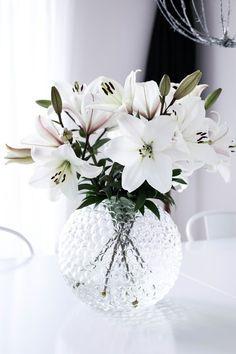 38 Beautiful Glass Vase Flower Arrangement Ideas - Art and Decoration My Flower, Flower Vases, White Flowers, Beautiful Flowers, Fresh Flowers, Colorful Flowers, Deco Floral, Floral Design, Round Vase