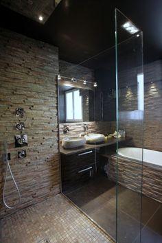 Douche avec mur en pierre naturelle aux contrastes noirs et blancs - stonenaturelle