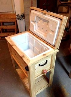 This recycled pallet cooler stand is a best design for your home in hot summer season. It has a look of rustic pallet cooler. This pallet cooler stand is a Wooden Pallet Projects, Wooden Pallet Furniture, Pallet Crafts, Diy Furniture Projects, Wooden Pallets, Wooden Diy, Woodworking Projects, Pallet Ideas, Diy Projects