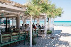Zu einem perfekten Urlaub gehört einfach ein Besuch in einer Strandbar. Wo kann man sonst so entspannt etwas essen und trinken, dabei aufs Meer schauen, die Füße im Sand vergraben und einfach nur in den Tag hinein leben? Das Beachrestaurant Ponderosa an der Playa des Muro im Nordosten von Mallorca gehört definitiv zu den angesagtesten Beachclubs auf der Insel und erfüllt all diese Inselsehnsüchte. Ich habe im Vorfeld bereits auf anderen Seiten und auf Instagram viele schöne Bilder und…