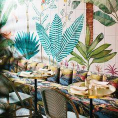 Busca en nuestro catálogo y diferénciate de resto de negocios. Mesas de Latón. Sillas Parisinas. (Foto de Zaperoco ). #Madrid #singuĺarmarket #leonesp #restaurantes #foodjapo #japones #asian #decoracion #deco #hostelería Mobiliario de Estilo Vintage e Industrial Singular Market. Entra en nuestra e-shop y echa un vistazo a todo lo que podemos ofrecerte!