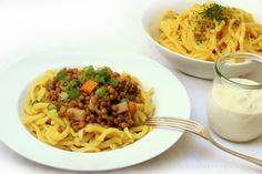 Saure Linsen mit Spätzle und dazu veganen Sauerrahm. So sieht für mich ein perfektes Winteressen aus. Hausmannskost geht also ganz wunderbar auch vegan.
