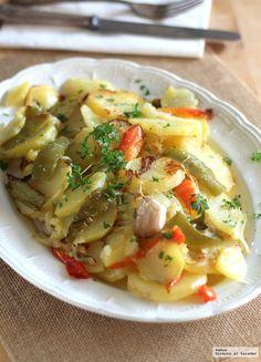 Te explicamos paso a paso de manera sencilla la elaboración de la receta de patatas a lo pobre, te contamos por qué se llaman así y el secreto de su preparac...