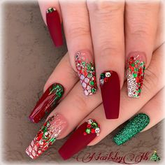 32 Holiday Nail Art Ideas To Get You Into The Christmas Spirit - Christmas Nail Art Designs Cute Christmas Nails, Xmas Nails, Fun Nails, Christmas Holiday, Christmas Ideas, Holiday Ideas, Green Christmas, Christmas Makeup, Winter Holiday