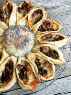 Sunflower stuffed with sausage mushrooms and mozzarella - in the laura kitchen Cooking Time, Cooking Recipes, Sicilian Recipes, Brunch, Food Decoration, Strudel, Appetisers, Antipasto, International Recipes