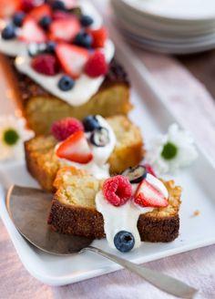 Almond cake with berries - Mantelikakku ja marjoja, resepti – Ruoka.fi