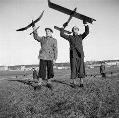 Gärdet 1944. Två unga män från modellflygklubben Vingarna flyger modellplan. Foto: Johansson (SvD)