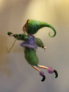 "Elfo de fieltro de aguja Waldorf inspirado miniatura de enano móvil regalo muñeca de hadas de lana ""Guisante verde"" Green hogar decoración"