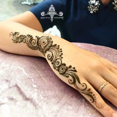 Mehndi design makes hand beautiful and fabulous. Here, you will see awesome and Simple Mehndi Designs For Hands. Modern Henna Designs, Mehndi Designs 2018, Mehndi Designs For Beginners, Mehndi Designs For Girls, Mehandi Designs, Henna Tattoo Designs, Finger Henna Designs, Henna Tattoo Hand, Tattoo Baby