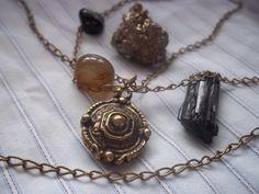 Corrente com pingente em Ouro velho <br>Pingente mede 3,0 cm <br> <br>*Deva: <br> Sânscrito <br> Significa: Deusa dos deuses