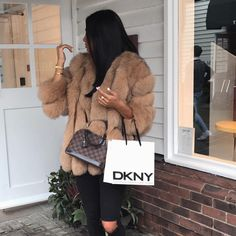 Give me ripped jeans & a faux fur coat any day 🔥 Winter Fashion Outfits, Fur Fashion, Fall Winter Outfits, Autumn Winter Fashion, Womens Fashion, Luxury Fashion, Mode Outfits, Stylish Outfits, Fur Coat Outfit