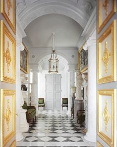 La symétrie règne dans le vestibule, directement inspiré du travail des architectes néoclassiques Percier et Fontaine. Aux murs, de chaque côté, un tableau d'Hubert Le Gall complète une composition d'antiquités, parmi lesquelles, à droite, un cratère à tête de vieillard et une statue d'Athéna, grecs, du IVe siècle av. J.-C. Le mobilier Empire est de François-Honoré Jacob-Desmalter (1770-1841).