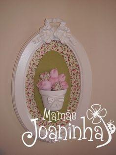 Quadro Oval, decorado com tecido e vaso e aplique em resina. Mini Tulipas de Tecido.