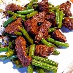 Oosters gemarineerde biefstukreepjes met sperziebonen en notenrijst