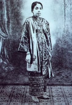Formal outfit for Kedah Malay woman, Traditional Fashion, Traditional Outfits, Old Photos, Vintage Photos, Happy New Year Gif, Culture Clothing, Indigenous Tribes, Ethnic Looks, Kebaya
