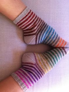 chaussettes rayées : toutes simples.(tuto) Wool Socks, Knitting Socks, Free Knitting, Simply Knitting, Designer Socks, Yarn Over, Knit Patterns, Mittens, Crochet Projects