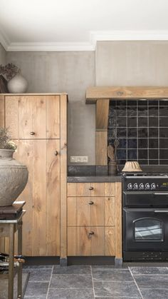 dark kitchen cabinets Choosing the perfect wooden kitchen cabinets for your home is not as simple as it might appear. While the choices Kitchen Cabinet Sizes, Frameless Kitchen Cabinets, Wooden Kitchen Cabinets, Rustic Cabinets, Black Cabinets, Best Flooring, Kitchen Flooring, Flooring Ideas, Home Decor Kitchen