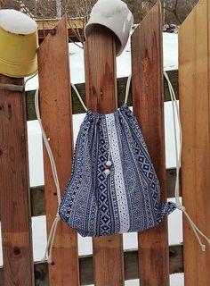 Bavlnený batôžtek je skvelý doplnok pri výletoch, prechádzkach, nákupoch....ľahko poskladáte a máte vždy po ruke a ruky voľné:-) Z krásnej bavlny s modrým ľudovým vzorom na bielom podklade.... Drawstring Backpack, Apron, Folk, Backpacks, Bags, Fashion, Handbags, Moda, Popular