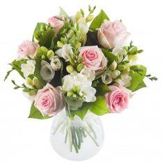 Simple is beautiful ... Nos artisans-fleuristes souhaitaient depuis longtemps proposer un joli bouquet tout simple de roses pâles et de freesias blancs. Ça y est, c'est chose faite ! Et comme diraient mes petites nièces:  « En plus le freesia ça sent trop bon ! » #livraisondefleurs #envoyerdesfleurs #fleurslivraison #bouquetfleurs