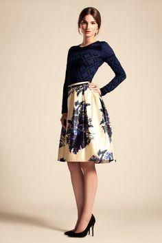 Alice Temperley reformulado proporções costura Fifties e tecidos ricos em peças que contou com a abundância de embelezamento.
