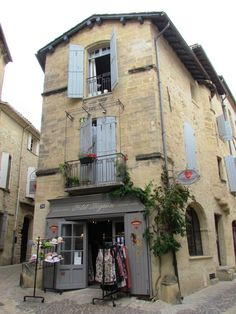 Sur la gauche rue du coin; vitrine du Petit Béguin et sur la droite rue du Dr Blanchard Uzès Gard