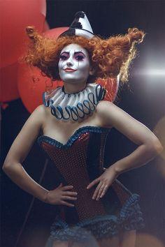 Frau als Clown geschminkt und verkleidet, mit Perücke und alles drum und dran