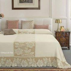 Aida Di Lana E Schema Per Fare Coprilett - Diy Crafts - Marecipe Crochet Bedspread, Crochet Tablecloth, Bed Cover Design, Crochet Cushion Cover, Crochet Home Decor, Handmade Home Decor, Filet Crochet, Bed Covers, Bed Spreads