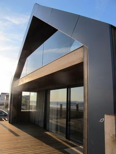 Roof and walls form a unit through facade cladding - Decoration For Home Roof Cladding, House Cladding, Innovative Architecture, Architecture Design, Modern Barn House, Gable House, Long House, Weekend House, Shed Homes
