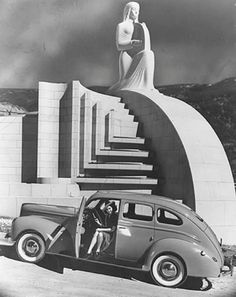 The Muse of Music, Hollywood Bowl, KL Comment for Laura More art deco inspiration from the Hollywood Bowl! And this is the muse of music - perfect for me! Love the repeating linear patterns Old Photos, Vintage Photos, Muse Of Music, Art Nouveau, Deco Retro, Art Deco Stil, Art Deco Buildings, Streamline Moderne, Harlem Renaissance