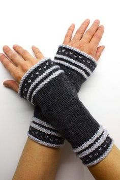 knitted arm warmers : Beginner-friendly instructions for arm warmers without thumb holes. Pictures and text make knitting easy and fast. Knitted with wool from Innsbruck, length = Of course, any other yarn with the same run length can also be used Crochet Gloves Pattern, Loom Knitting Patterns, Knitting Blogs, Arm Knitting, Knitting For Beginners, Hat Patterns, Knitting Tutorials, Stitch Patterns, Mittens