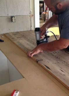 diy holz DIY Reclaimed Wood Countertop - gluing and nailing down reclaimed wood boards Reclaimed Wood Countertop, Diy Wood Countertops, Wood Counter Tops Diy, Kitchen Countertop Diy, Pallet Countertop, Reclaimed Wood Kitchen, Wood Counter Bathroom, Countertop Makeover, Kitchen Cabinets