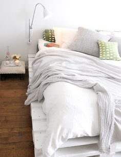 This list of 20 DIY Pallet Bed Frame Ideas involves building custom DIY bed frame designs with disassembled wooden pallets. Pallet Bedframe, Wood Pallet Beds, Diy Pallet Bed, Diy Pallet Furniture, Wooden Pallets, Pipe Furniture, Painted Pallets, Recycled Pallets, Pallett Bed