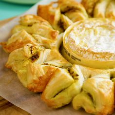 Pesto Camembert With Puff Pastry Twists - Appetizer Recipes Cheese Appetizers, Appetizer Recipes, Cooking Bread, Cooking Recipes, Cooking Games, Twisted Recipes, Puff Pastry Recipes, Appetisers, Food Network