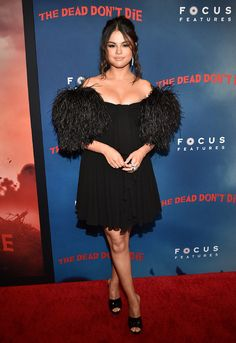 Selena Gomez stunned in a sexy black mini dress as she attended the New York premiere of her film, The Dead Don't Die. The Taki Taki singer posed for the paparazzi while flashing her million dollar smile. Selena Gomez Fashion, Style Selena Gomez, Selena Gomez Red Carpet, Celebrity Haircuts, Celebrity Look, Celebrity Dresses, Vestido Selena Gomez, Selena Gomez Fotos, Celine