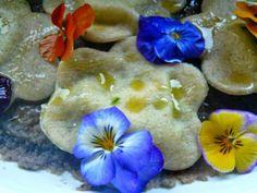 """Questa ed altre ricette su --Club Blogger Affiliati """"La Pulce e il Topo""""-- metti il tuo """"mi piace"""" e sarai sempre aggiornato.... https://www.facebook.com/club.affiliati.lapulceeiltopo Decorare con i fiori edibili un piatto, renderlo unico, raffinato e contemporaneo, la riscoperta dei fiori come alimento, i loro poteri benefici e l'equilibrio che donano al piatto li rendono elemento principe del food, Tiziana Bontempi ha creato questo piatto per noi, scopriamone i dettagli sul suo blog…"""